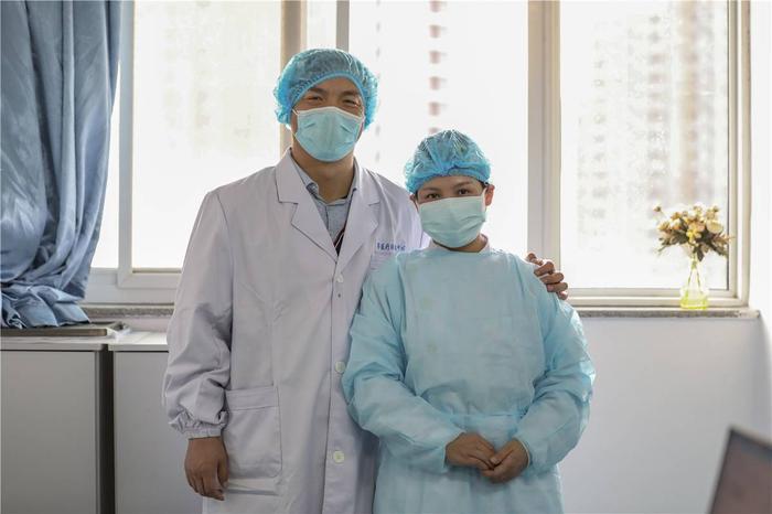 Cảm động tình yêu của những cặp đôi bác sĩ cùng nhau chiến đấu chống virus corona ảnh 2