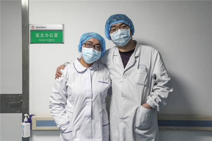 Cảm động tình yêu của những cặp đôi bác sĩ cùng nhau chiến đấu chống virus corona ảnh 3