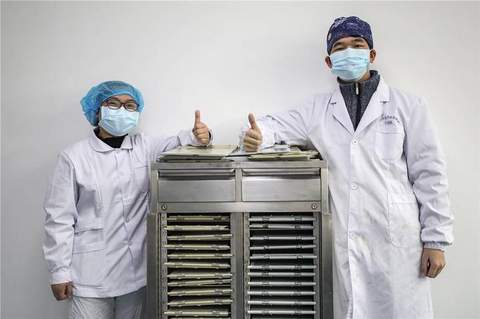 Cảm động tình yêu của những cặp đôi bác sĩ cùng nhau chiến đấu chống virus corona ảnh 4