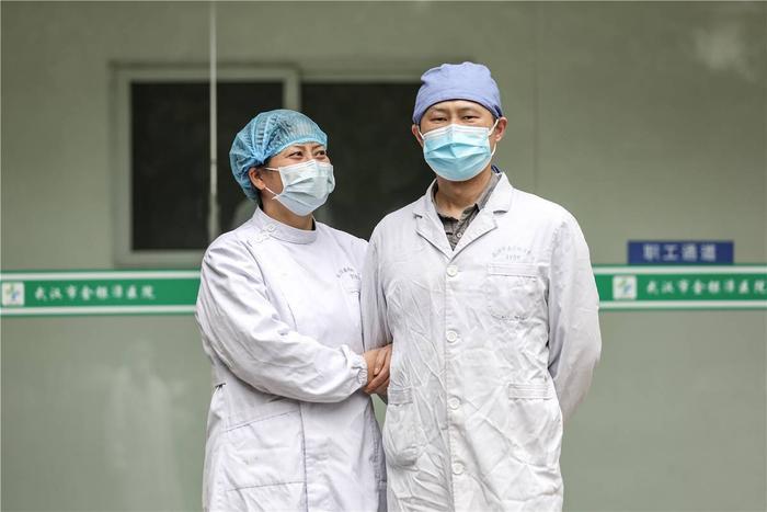 Cảm động tình yêu của những cặp đôi bác sĩ cùng nhau chiến đấu chống virus corona ảnh 5