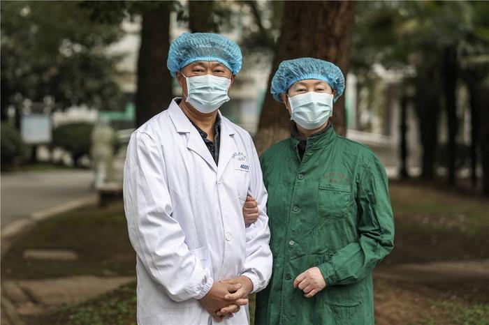 Cảm động tình yêu của những cặp đôi bác sĩ cùng nhau chiến đấu chống virus corona ảnh 6