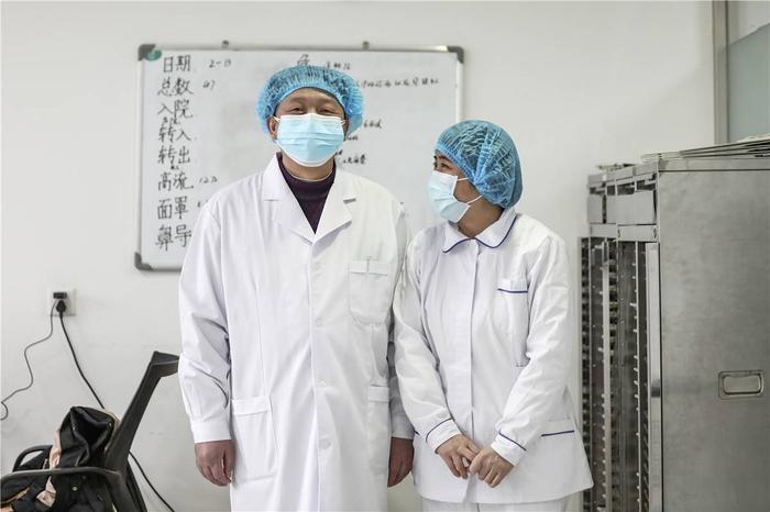 Cảm động tình yêu của những cặp đôi bác sĩ cùng nhau chiến đấu chống virus corona ảnh 7