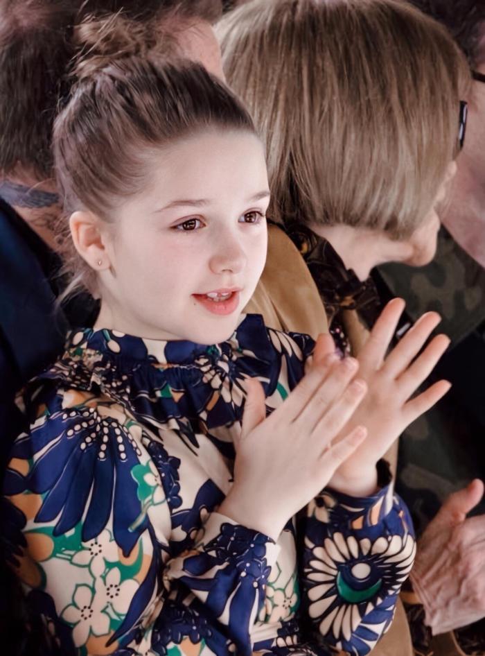 Với khuôn mặt sáng, hài hòa và thanh tú, Harper Beckham có thể chinh phục mọi phong cách. Và không hổ danh là con gái của nhà thiết kế thời trang nổi tiếng, cô bé luôn ăn diện vô cùng bắt mắt và sành điệu mỗi khi xuất hiện.