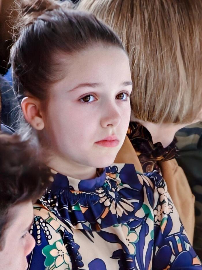 """Con gái út của cặp đôi vàng luôn trở thành tâm điểm chú ý của cánh phóng viên mỗi khi xuất hiện. Ngay từ lúc mới chào đời đến nay, mỗi lần xuất hiện, cô bé luôn khiến người hâm mộ phải ngẩn ngơ vì mình. Sự đáng yêu của Harper đã làm tan chảy trái tim của ông bố nổi tiếng và bà mẹ nghiêm khắc cùng 3 ông anh trai. Beckham từng nhấn mạnh rằng: """"Tôi chẳng có chút quyền lực nào trước cô gái bé nhỏ ấy, chẳng có một chút nào hết""""."""