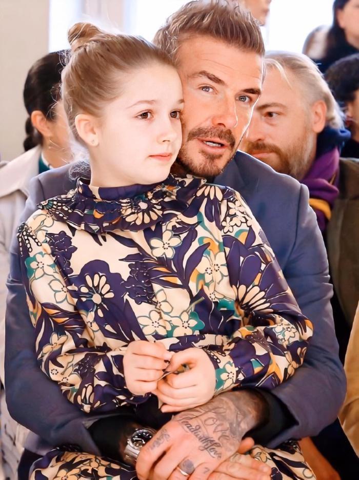 Bé Harper trở thành tâm điểm chú ý vì càng lớn càng xinh đẹp, đáng yêu. Để tóc búi, mặc váy hoa thanh lịch, Harper được bố ôm vào lòng. Trong suốt buổi trình diễn, bé Harper luôn được bố ôm vào lòng và trò chuyện cùng nhau.