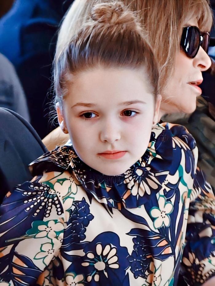 Không chỉ sở hữu tủ đồ hàng hiệu bắt mắt mà bé Harper còn luôn được chú ý bởi khoản phối đồ cùng phụ kiện ấn tượng. Càng lớn thì cô công chúa nhỏ nhà Victoria Beckham lại càng trở nên xinh đẹp và cùng với gu thời trang ấn tượng của mình thì cô bé luôn trở thành tâm điểm mỗi khi xuất hiện.