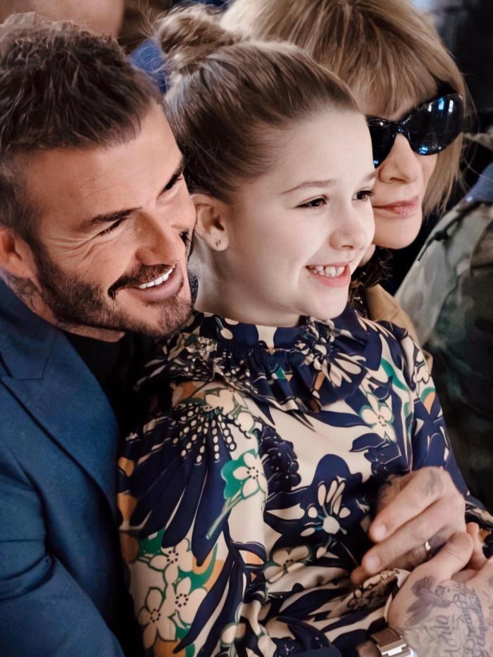 Tối ngày 16/2, Victoria Beckham đã chính thức trình làng bộ sưu tập Thu – Đông 2020, thuộc khuôn khổ London Fashion Week. Như thường lệ, ông xã David và các con đều có mặt ở hàng ghế khán giả để ủng hộ người phụ nữ tài năng của gia đình.