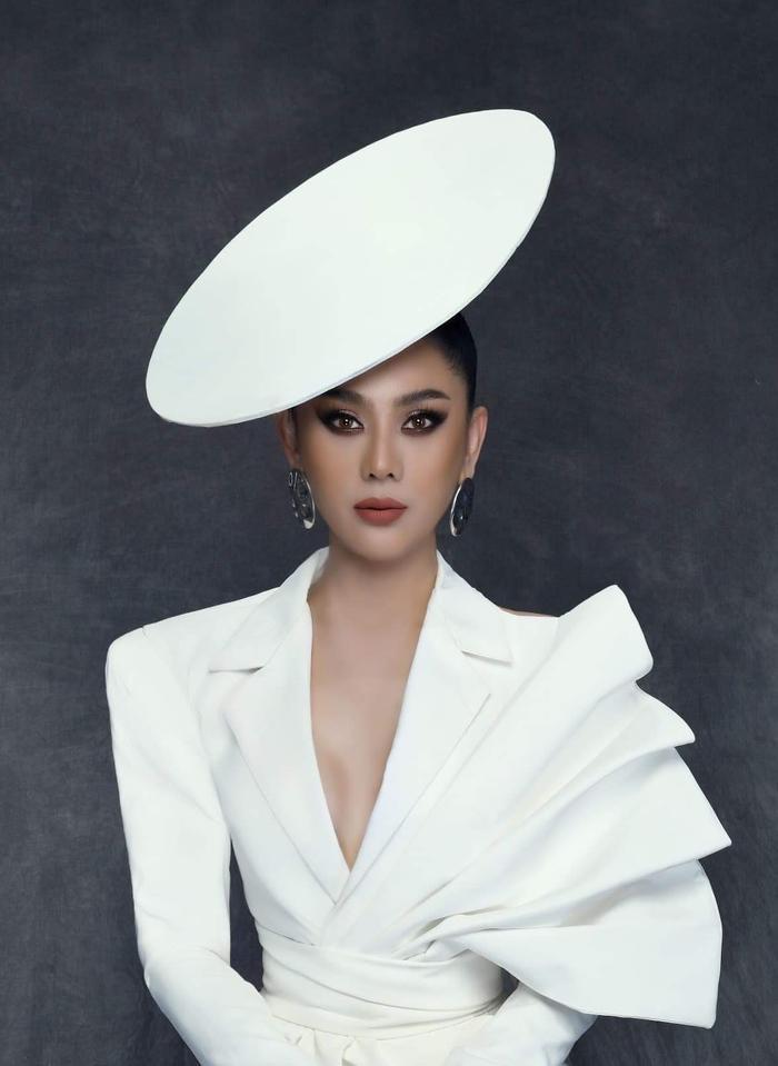 Điểm nhấn chính tập trung ở chiếc nón có cấu trúc hình học ấn tượng, một điều hay là đến nay, nữ ca sĩ đã không còn tham lam phụ kiện.