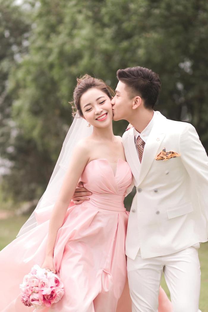 Vậy là sáng đám cưới, tối cùng ngày Nhật Linh đã thông báo có tin vui.