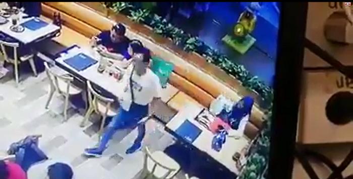 Sau khi thực hiện xong hành vi móc túi, từng người trong nhóm trộm lần lượt rời khỏi nhà hàng mà không ai hay biết.