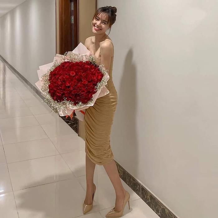 Ninh Dương Lan Ngọc hạnh phúc ôm bó hoa được tặng dịp Valentine vừa qua.