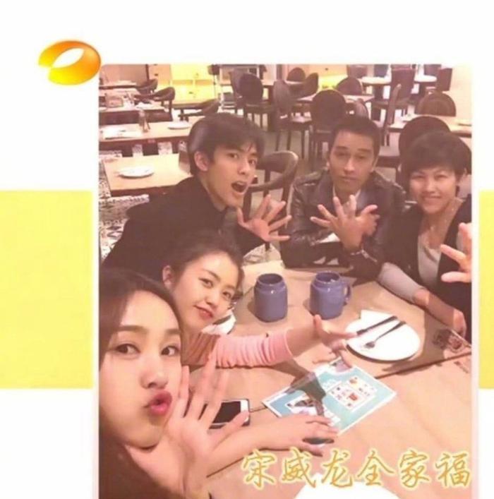 Tống Uy Long đi ăn cùng gia đình