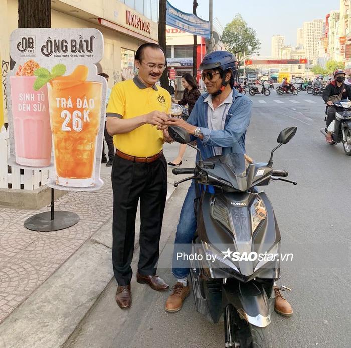 Hình ảnh bầu Thắng bán cà phê cho khách ở Sài Gòn đang trở thành chủ đề được rất nhiều người hâm mộ quan tâm.