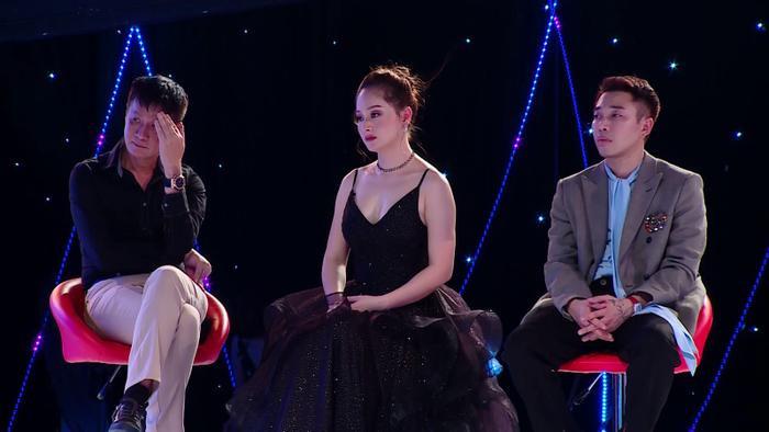 Đạo diễn Lê Hoàng chia sẻ trong chương trình rằng mình phải đấu tranh tư tưởng nhiều lắm để đưa ra quyết định chọn một trong hai bạn.