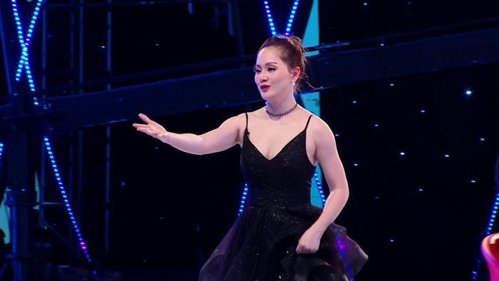 """Diễn viên Lan Phương """"phi"""" nhanh lên sân khấu để ở bên chia sẻ cùng thí sinh."""