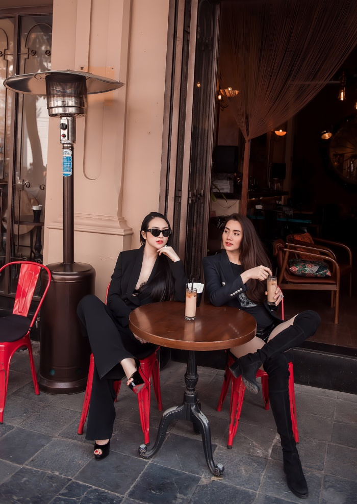 Sau khi ghé thăm nhà thờ, Hương Baby đưa Trang Nhung đi uống cà phê, buôn chuyện