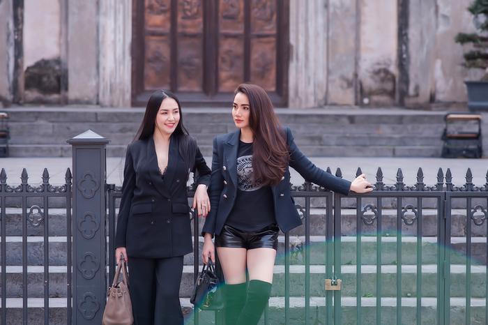 Đường sá không kẹt, hàng quán vắng vẻ nên Hương Baby và Trang Nhung quyết định đi chơi để tinh thần thoải mái