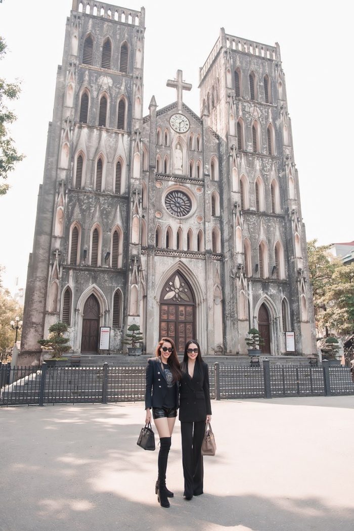 Trong khi Hương Baby mặc bộ suit đen quyền lực cùng giày cao gót thì Trang Nhung chọn quần short kết hợp cùng boots khoe chân dài