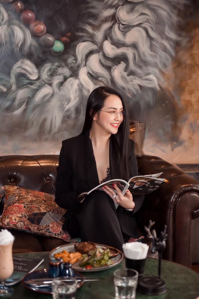Dù đã có 3 con nhỏ nhưng Hương Baby - bà xã Tuấn Hưng vẫn hút mắt người nhìn với nhan sắc xinh đẹp của mình
