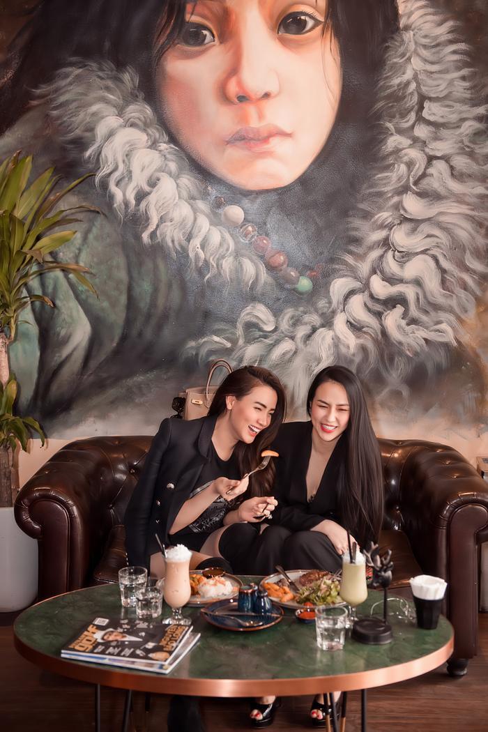 Cả hai sau đó rủ nhau đi ăn trưa tại chính nhà hàng của Hương Baby