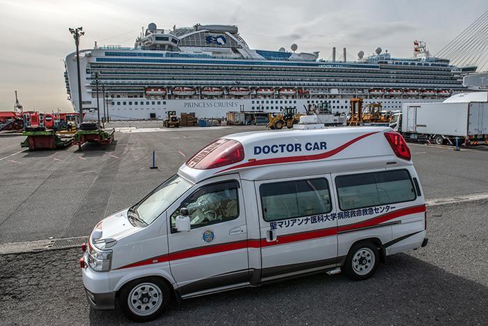 Nhân viên y tế mặc quần áo bảo hộ đưa một hành khách được chẩn đoán nhiễm virus corona khỏi du thuyền Diamond Princess khi nó cập cảng Daikoku tới bệnh viện. Ảnh: Getty