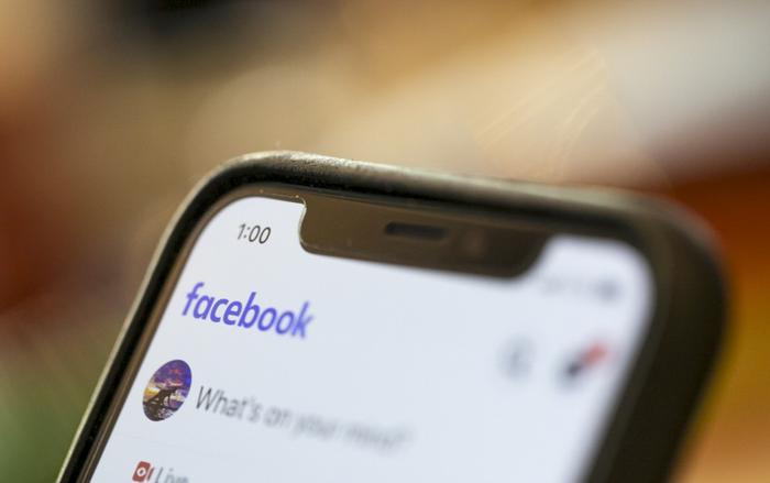 Theo Facebook, tính năng này sẽ cung cấp thông tin đáng tin cậy, giảm thiểu việc lan truyền nhiều nguồn tin chưa kiểm chứng về tình hình lây lan của virus corona. (Ảnh:Associated Press)