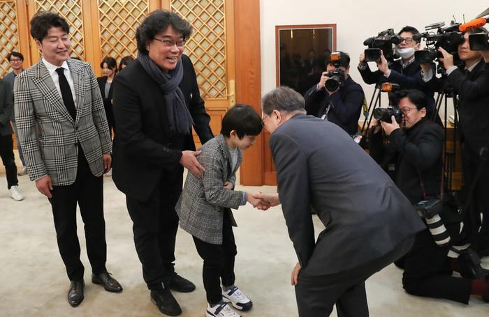 Sau chiến thắng Oscar, đoàn phim Parasite nhận lời mời tham dự bữa trưa đặc biệt cùng tổng thống Hàn Quốc Moon Jae In ảnh 4