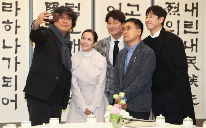 Sau chiến thắng Oscar, đoàn phim Parasite nhận lời mời tham dự bữa trưa đặc biệt cùng tổng thống Hàn Quốc Moon Jae In ảnh 1