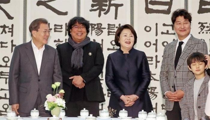 Sau chiến thắng Oscar, đoàn phim 'Parasite' nhận lời mời tham dự bữa trưa đặc biệt cùng tổng thống Hàn Quốc Moon Jae In