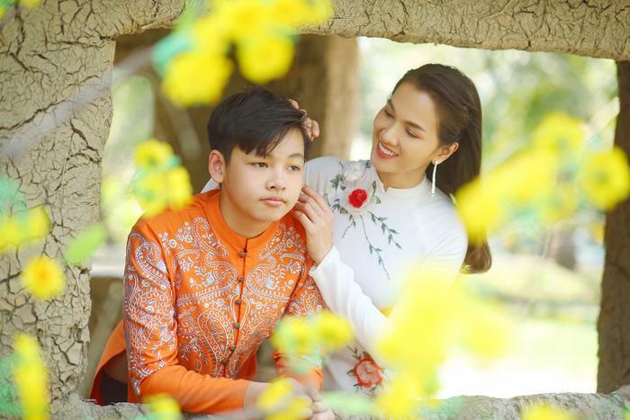 Người mẫu Anh Thư tung bộ ảnh chụp cùng con trai