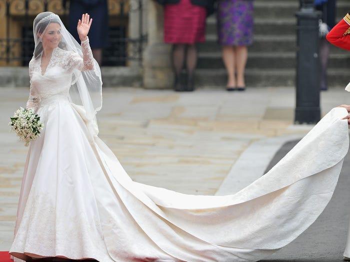 22 chiếc váy cưới hoàng gia nổi tiếng nhất thế giới từng gây bão truyền thông ảnh 11