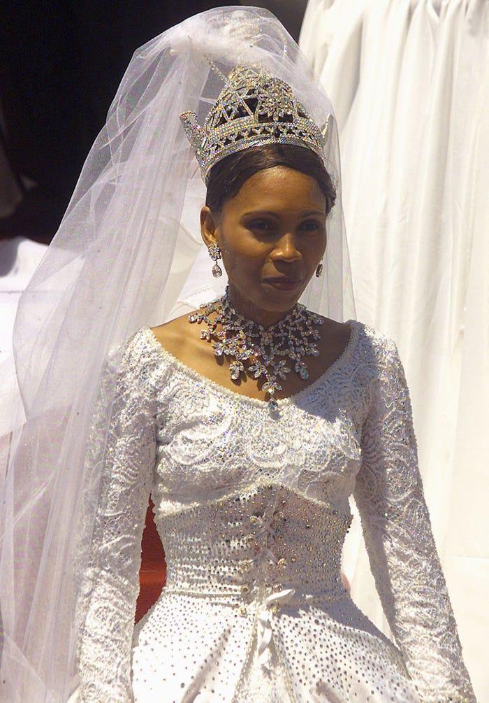 22 chiếc váy cưới hoàng gia nổi tiếng nhất thế giới từng gây bão truyền thông ảnh 19