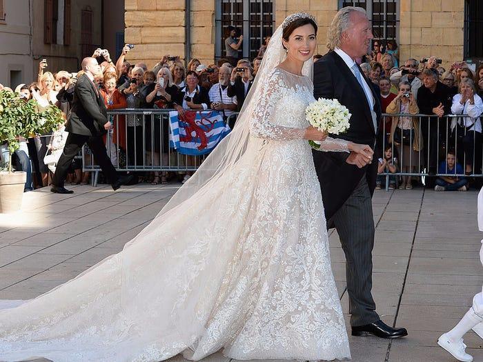 22 chiếc váy cưới hoàng gia nổi tiếng nhất thế giới từng gây bão truyền thông ảnh 6