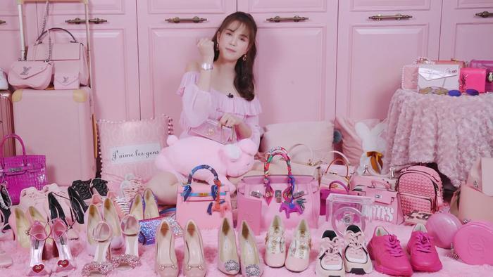 Ngọc Trinh là một trong những mỹ nhân mê mệt gam màu hồng trong showbiz, tủ đồ của cô luôn đầy ắp những món hàng hiệu đắt giá mang tông màu ngọt ngào này.