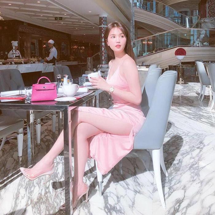 Ngoài phụ kiện, quần áo cũng là thứ Ngọc Trinh sở hữu rất nhiều món có sắc hồng.