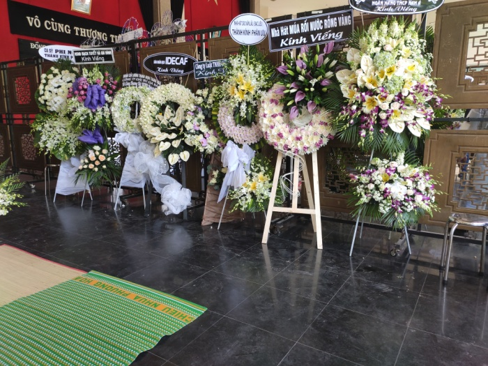 Vòng hoa kính viếng từ nhiều nghệ sĩ, tổ chức
