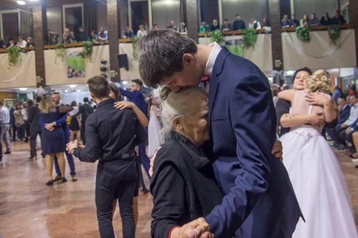 Nam sinh mời người bà 85 tuổi đến dự tiệc prom khiến nhiều người xúc động.