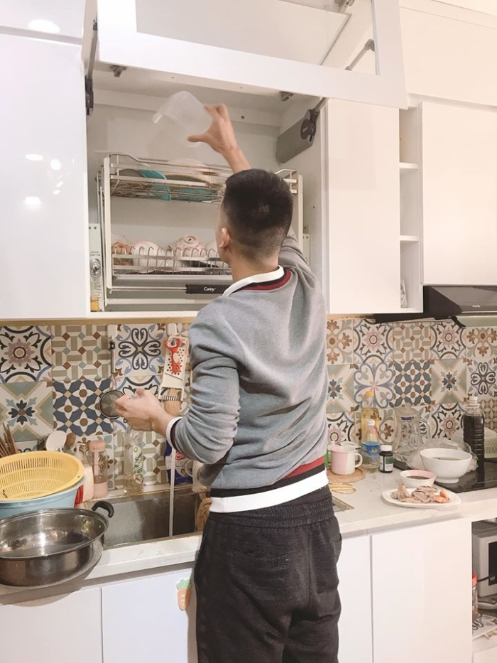 Thuỳ Dương đăng ảnh Huy Hùng giúp mình rửa bát trên mạng xã hội. Ảnh: FBNV.