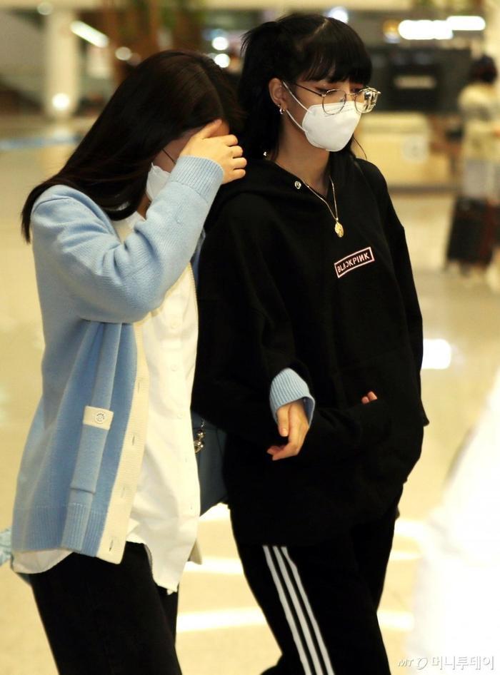 Lisa (Blackpink) bị fan Jennie xô đẩy tại sân bay, công chúa YG đeo khẩu trang sau khi bị Knet đả kích ảnh 4