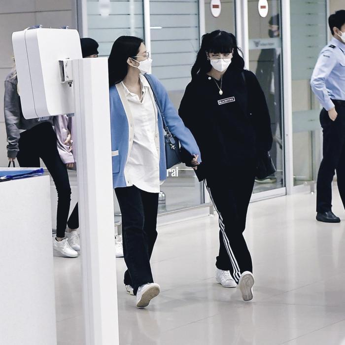 Lisa (Blackpink) bị fan Jennie xô đẩy tại sân bay, công chúa YG đeo khẩu trang sau khi bị Knet đả kích ảnh 3
