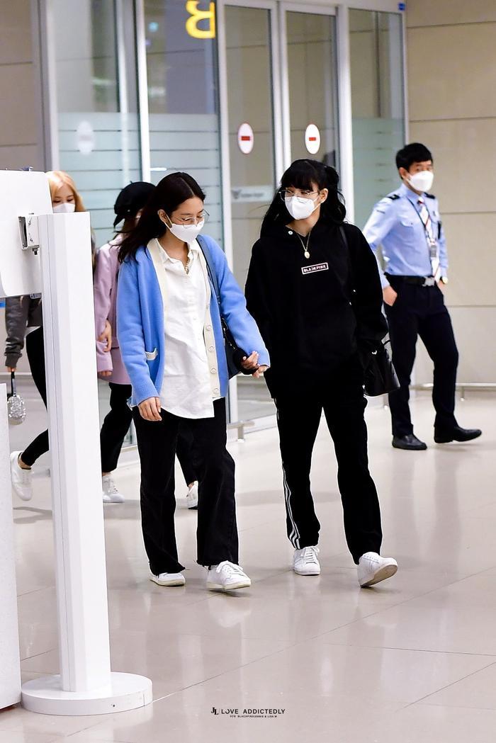 Lisa (Blackpink) bị fan Jennie xô đẩy tại sân bay, công chúa YG đeo khẩu trang sau khi bị Knet đả kích ảnh 5