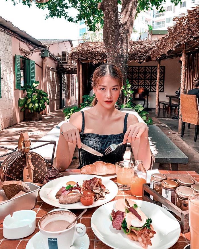 Miss Earth Phương Khánh thu hút với vẻ ngoài ngọt ngào, đi hẹn hò cùng bạn. Điểm fan chú ý chính là phần xương quai xanh gợi cảm trên cơ thể hoa hậu.