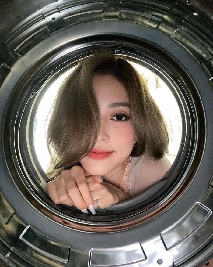 Á hậu Bùi Phương Nga bắt trend chụp hình từ lồng máy giặt. Cô nàng khoe nhan sắc ngọt lịm khiến fan rụng tim.