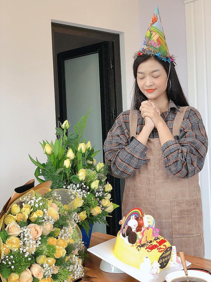 Á hậu Kiều Loan về quê Quảng Nam để đón sinh nhật lần thứ 20 cùng ba mẹ và người thân.
