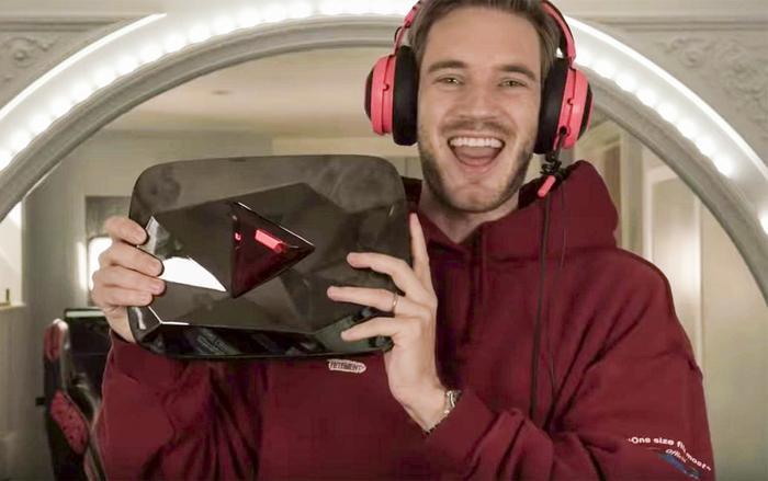PewDiePie ẵm trên tay Nút Kim Cương Đỏ YouTube sau khiđạt cột mốc 100 triệu người theo dõi. (Ảnh: PewDiePie)