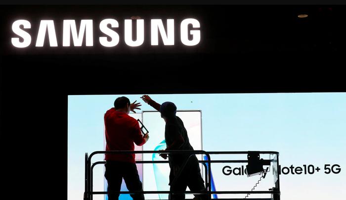 Samsung dù sao vẫn may mắn hơn so với Apple hay Huawei do không phụ thuộc nhiều vào năng lực sản xuất của Trung Quốc. (Ảnh: Reuters)