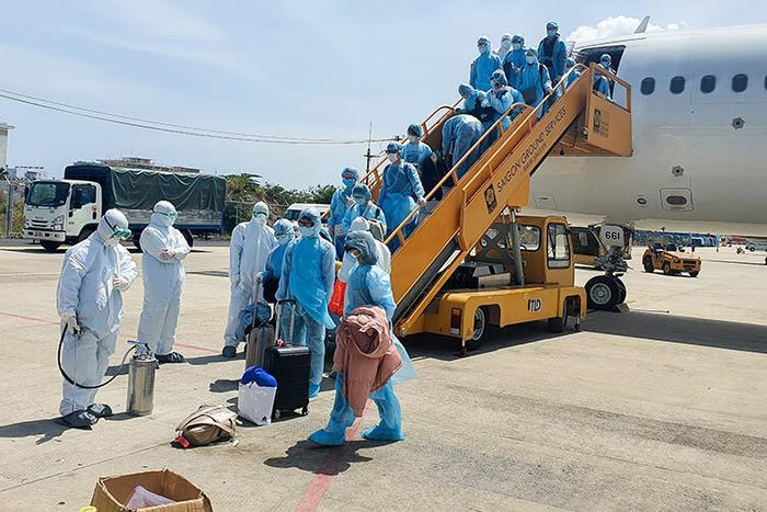Trung tâm kiểm soát bệnh tật TP Đà Nẵng phun tiêu độc khử trùng hành lý cho đoàn khách phải cách ly. Ảnh: báo Vnexpress