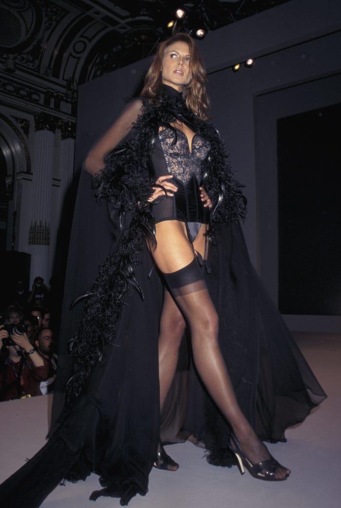 Các siêu mẫu như Miranda Kerr, Kendall Jenner, Gigi Hadid ra sao khi lần đầu catwalk? ảnh 2