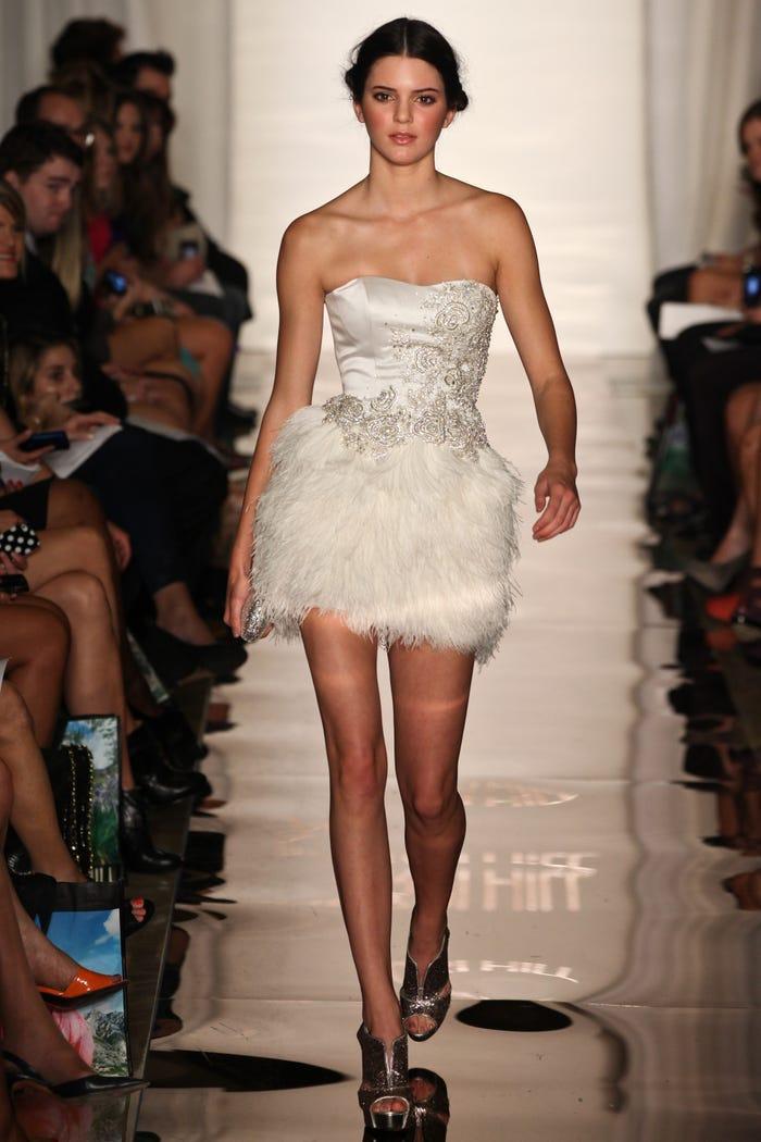 Các siêu mẫu như Miranda Kerr, Kendall Jenner, Gigi Hadid ra sao khi lần đầu catwalk? ảnh 14