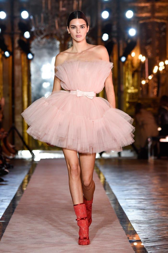 Các siêu mẫu như Miranda Kerr, Kendall Jenner, Gigi Hadid ra sao khi lần đầu catwalk? ảnh 15